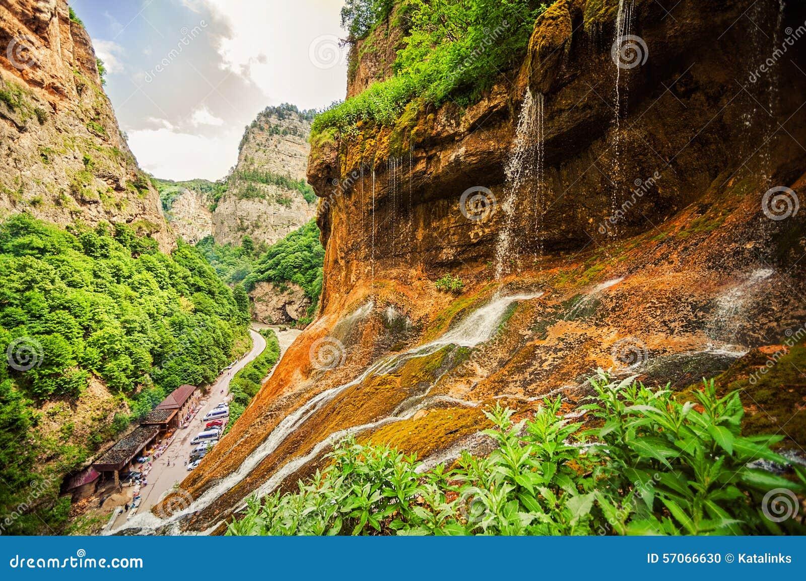 Hoogste rij van Chegem-watervallen in canion
