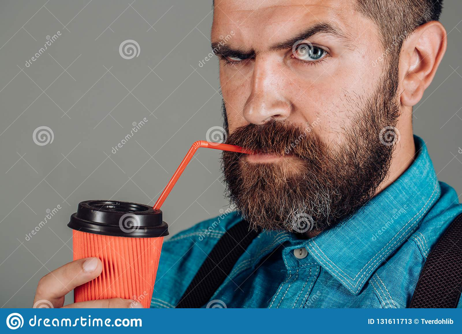 Hoogtepunt van energie Mannetje met baard Ouderwetse ochtendscène: antieke schrijfmachine, kop van verse koffie, bedrijfscontra