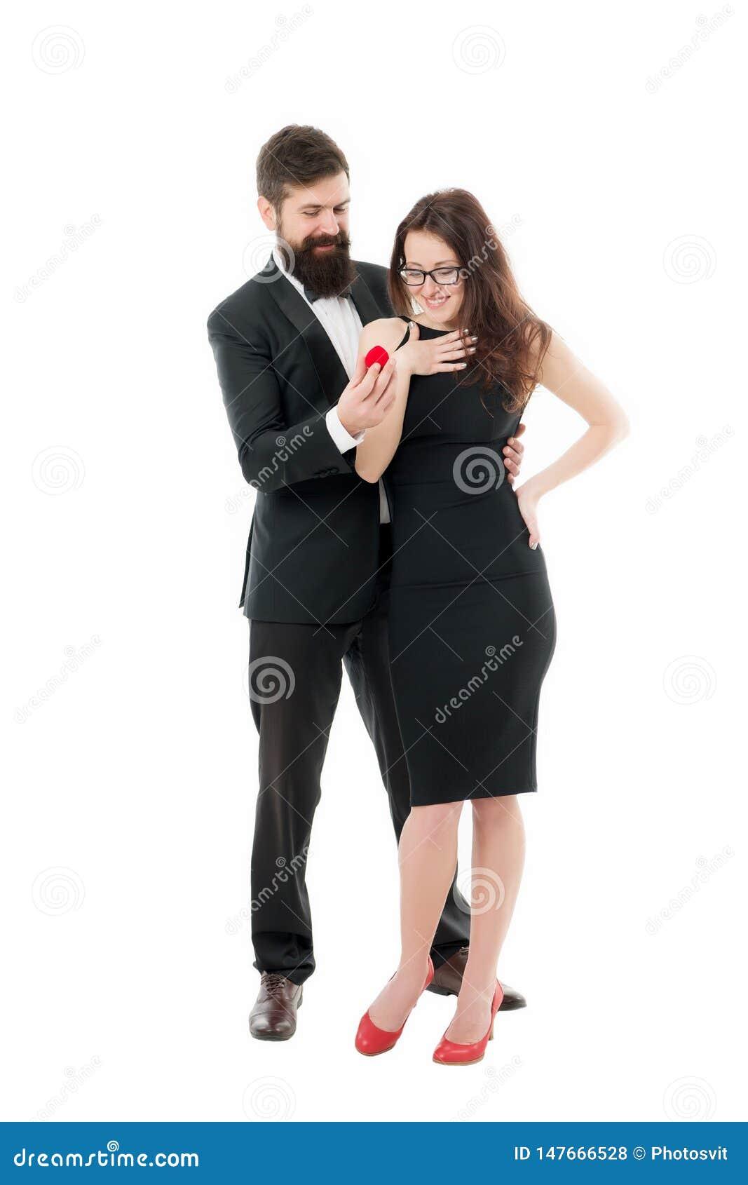 Hoop houdt zij van ring Voorstel van huwelijksconcept Rood het vakje van de mensengreep romantisch voorstel Zult u me huwen Ongev