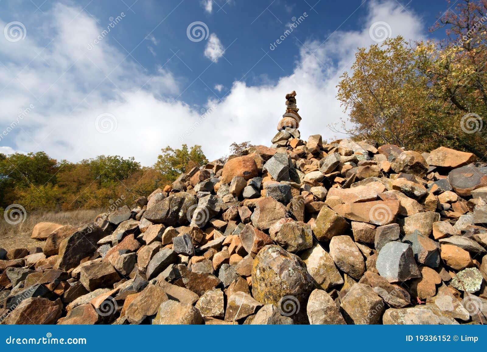 Hoop piramide van stenen de bergen au dag van de krim stock foto afbeelding 19336152 - Decoratie stijl van de bergen ...