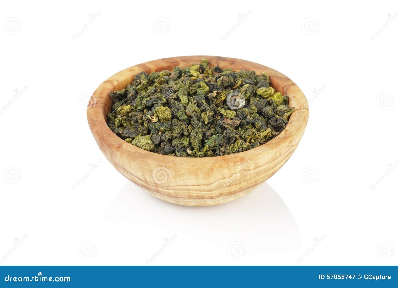 Hoop van de Oolong de groene die thee in kom, op wit wordt geïsoleerd