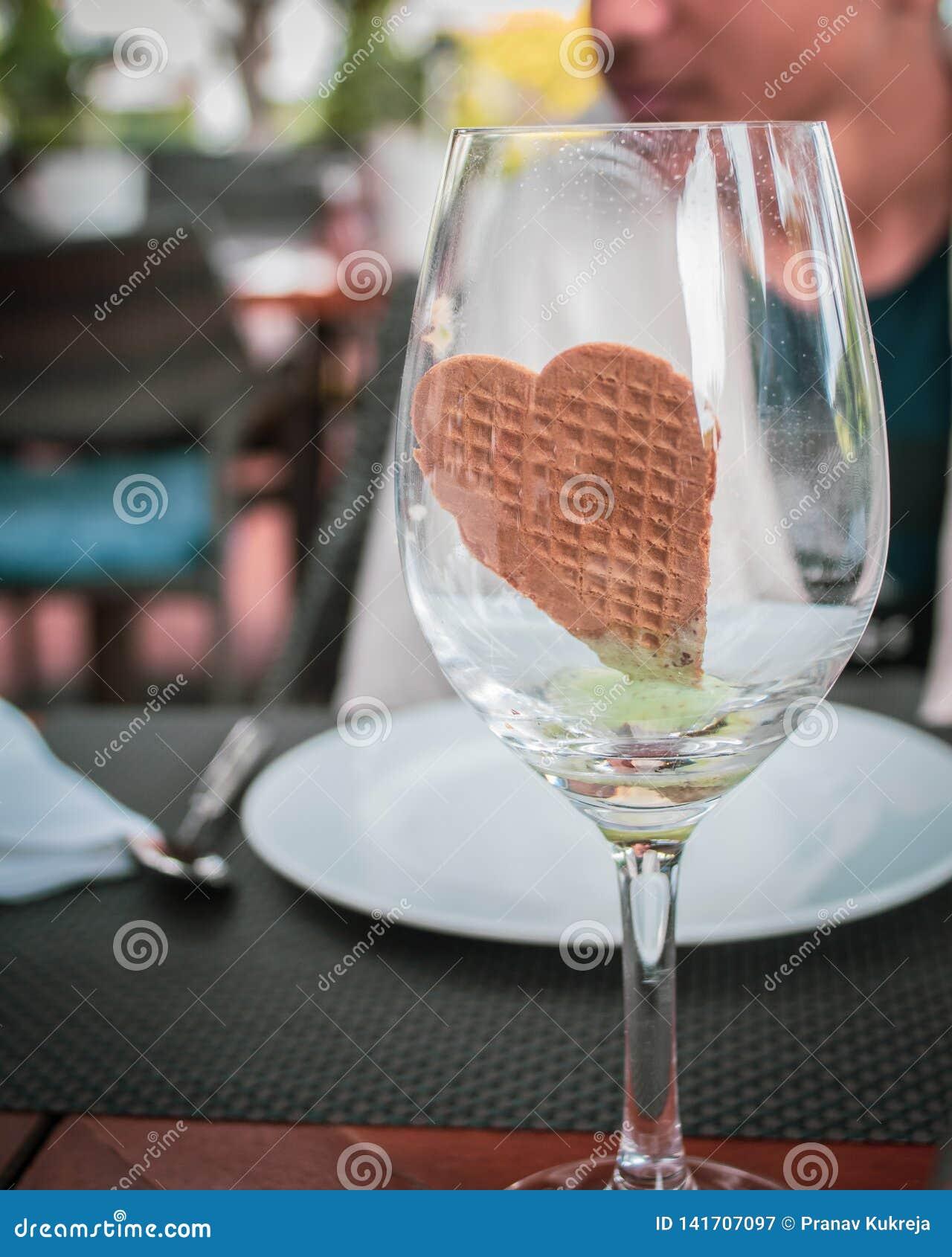 Hoor gevormd koekje in wijnglas,