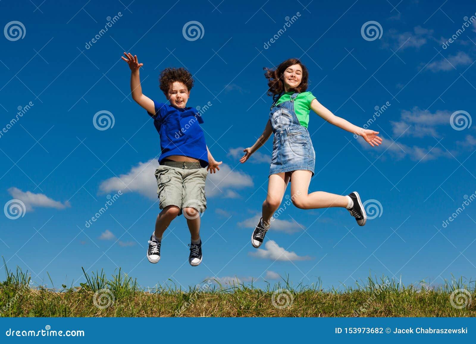 Hoppa för flicka som och för pojke är utomhus-