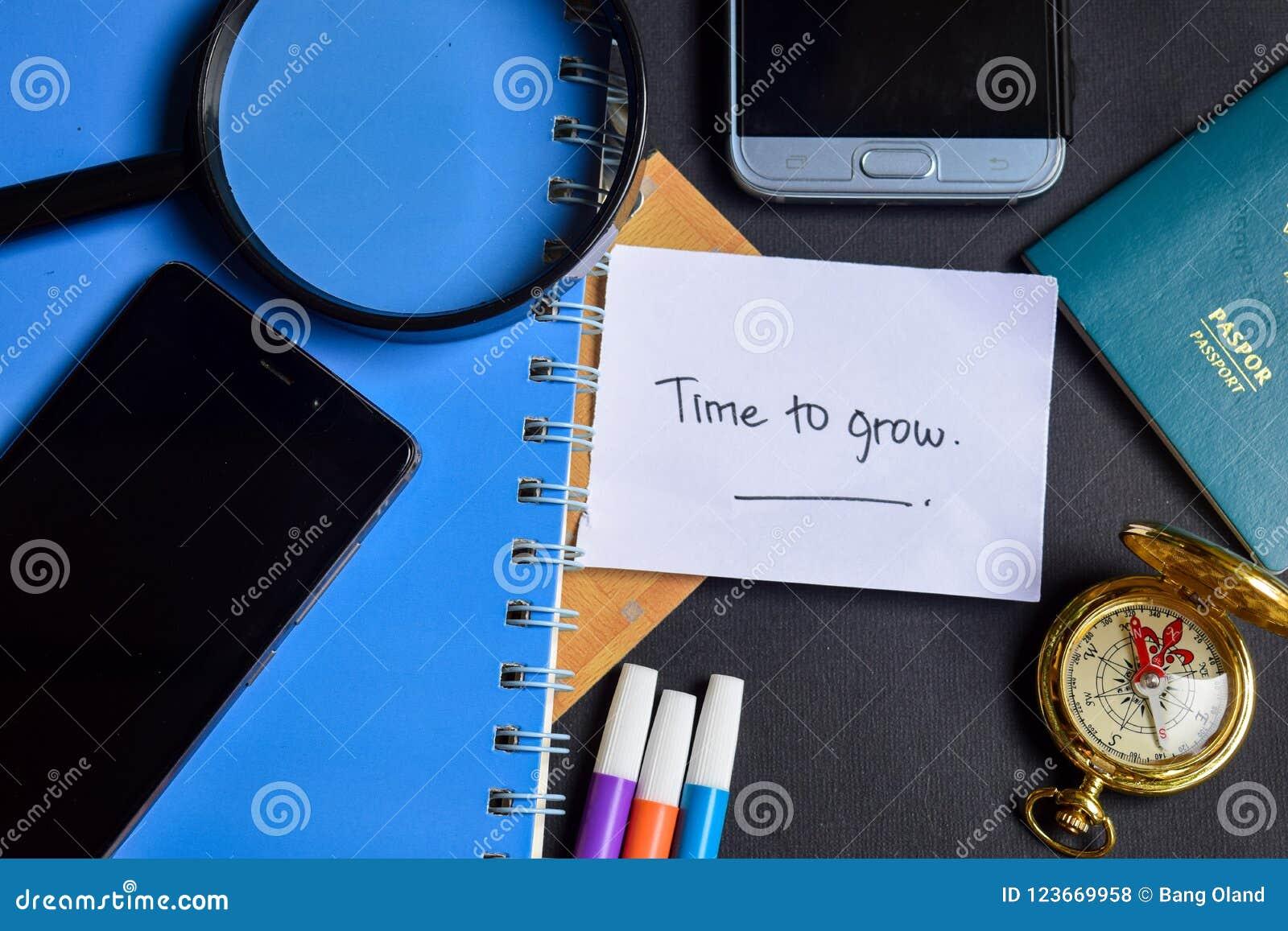 Hora de crescer escrito agora no papel passaporte, lupa, compasso, Smartphone
