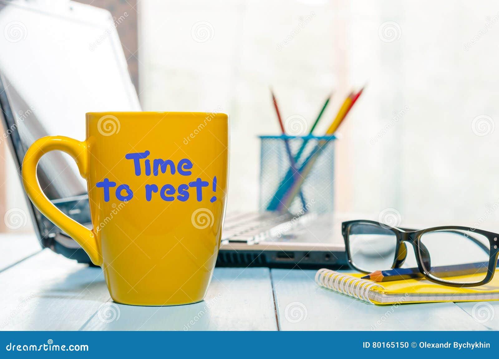 Hora de descansar a inscrição do conceito no copo de café amarelo da manhã no fundo do escritório para negócios Conceito de traba