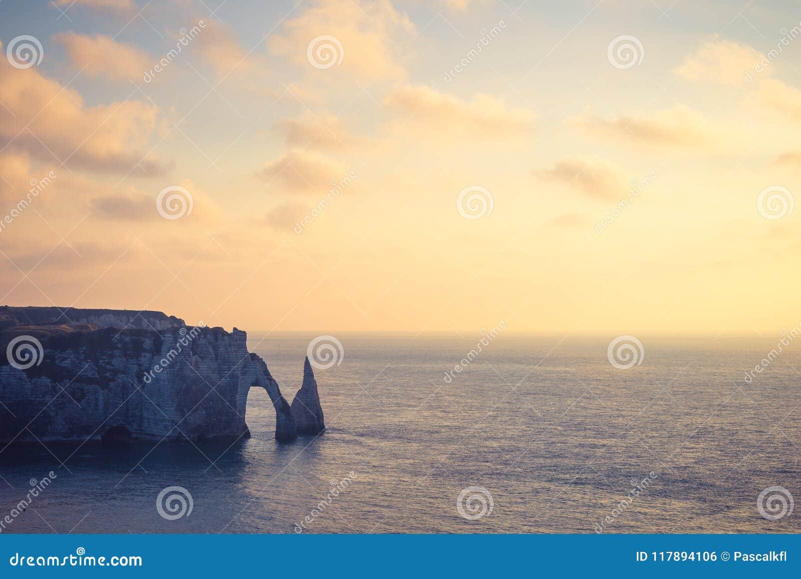 Hora de oro en el acantilado de Etretat, una comuna en el departamento del Seine-maritime en la región de Normandía de Francia de