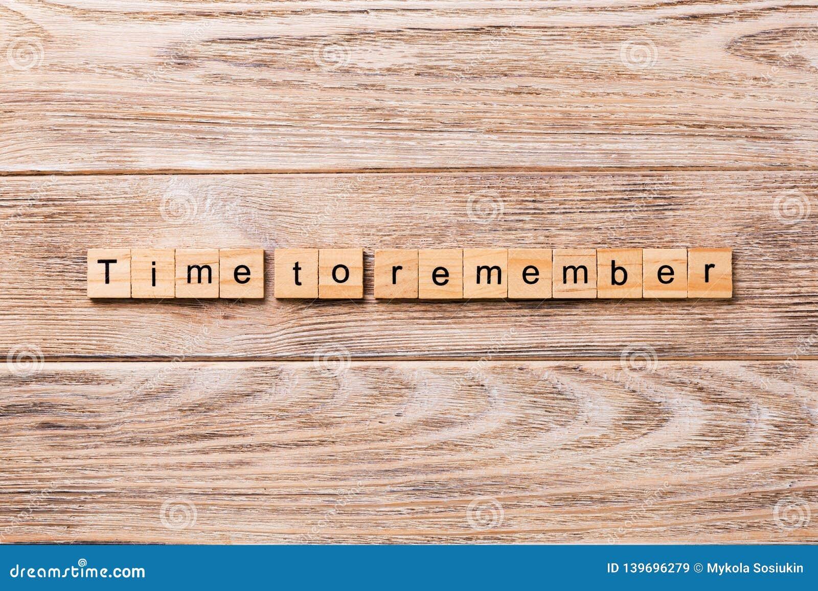 Hora de recordar la palabra escrita en el bloque de madera Hora de recordar el texto en la tabla de madera para su desing, concep