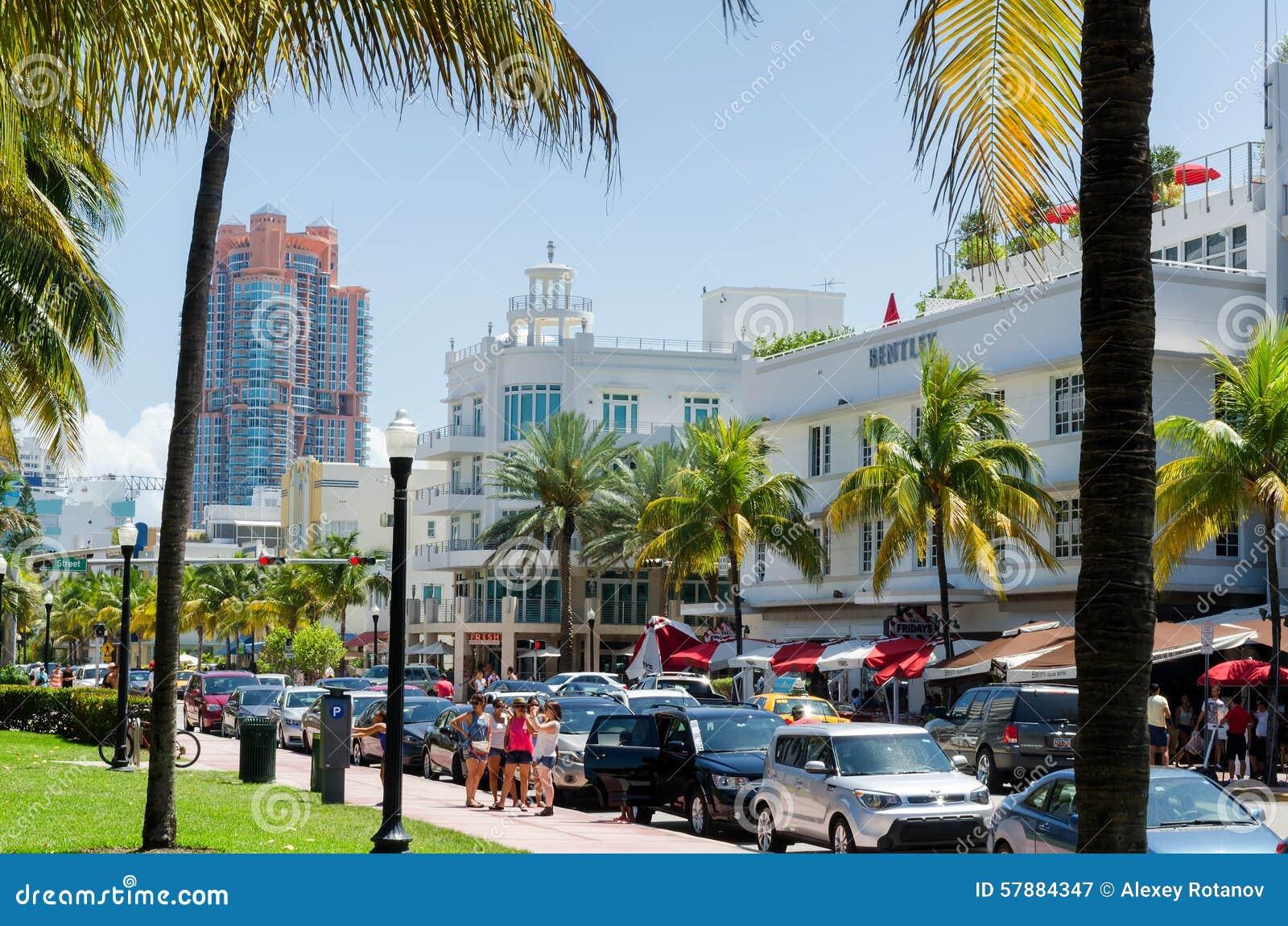 Horas de ponta do tráfego ao longo do Dr. do oceano rua em Miami sul