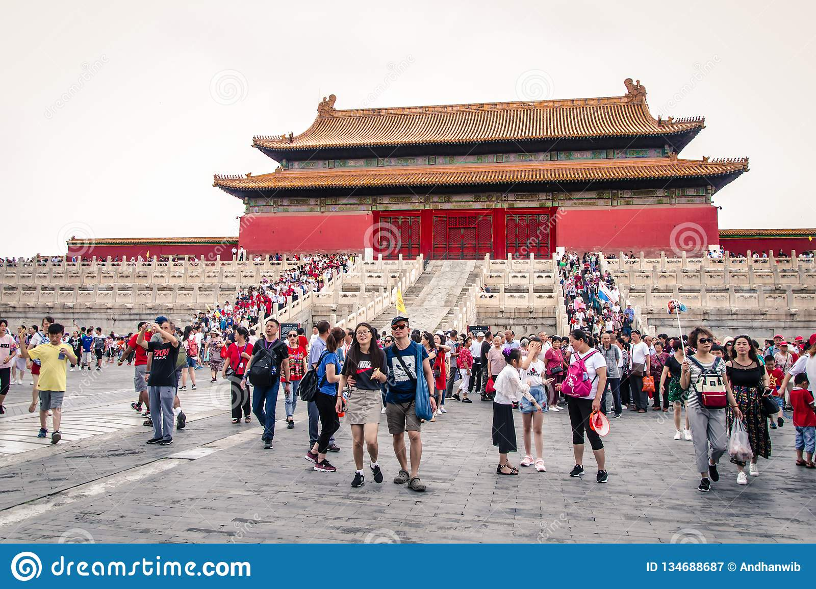 Hordas de turistas en el patio de la ciudad Prohibida de China