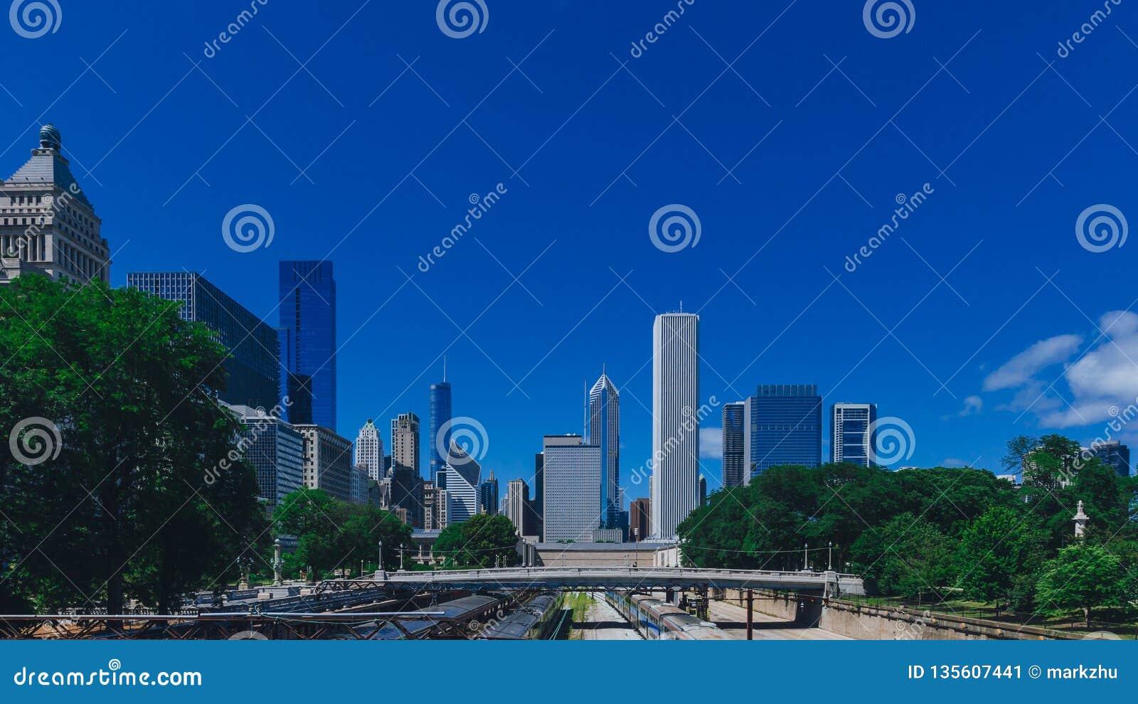 Horisont av Chicago, USA med bron över drevspår