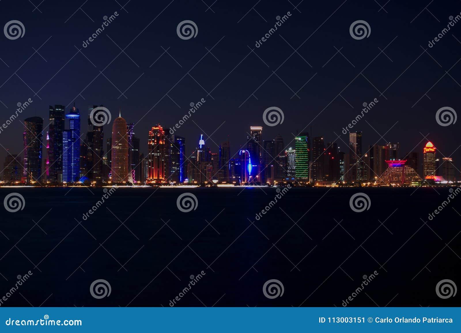 Horisont av västra fjärdskyskrapor, på natten från Cornichen doha qatar