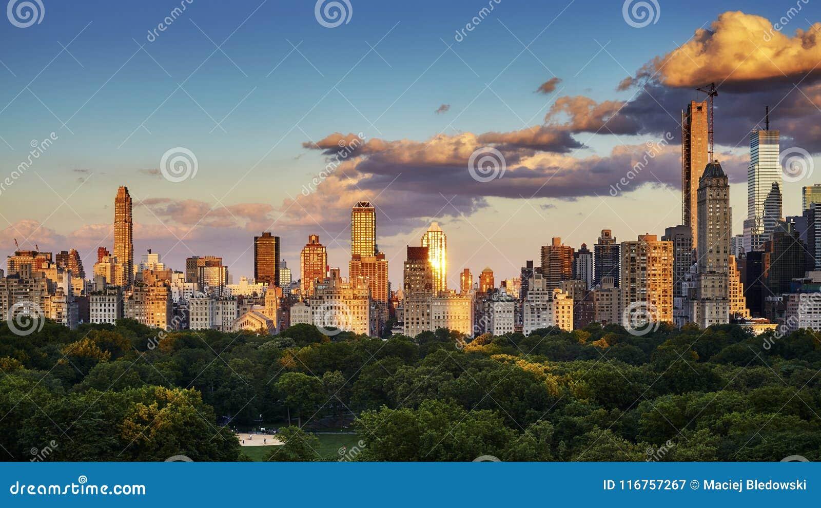 Horisont för östlig sida för New York City Upper på solnedgången, USA