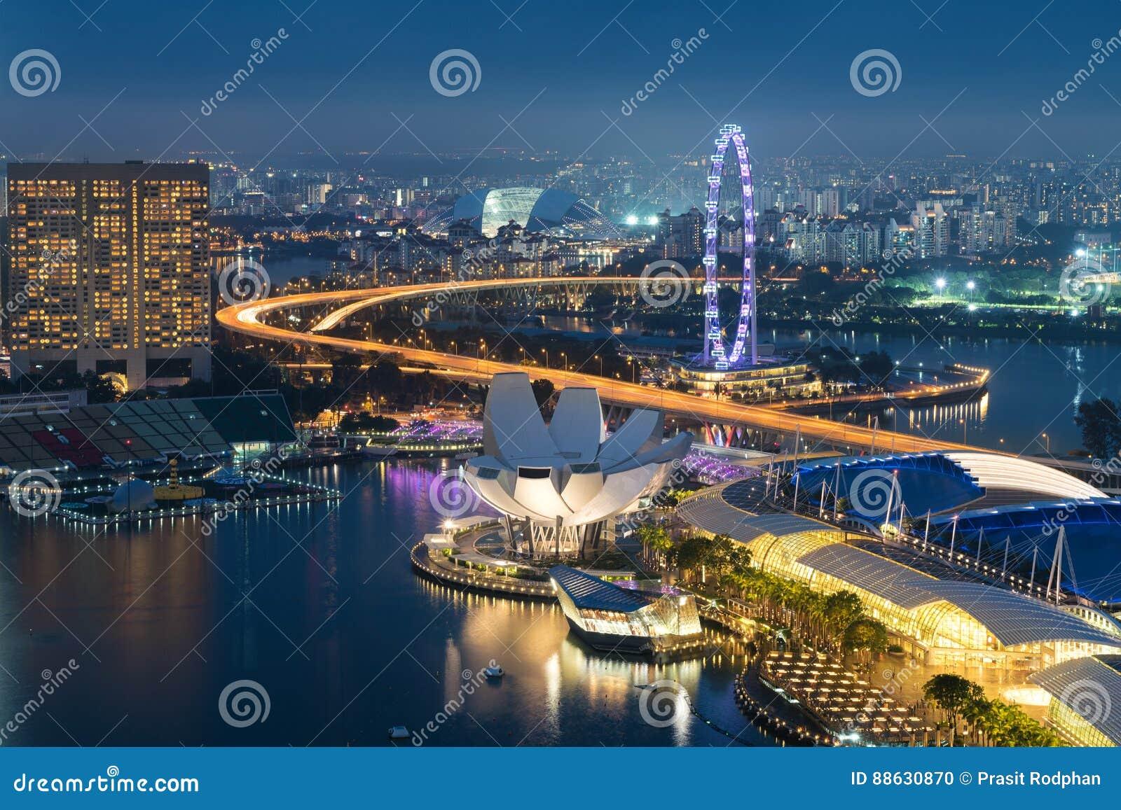 Horisont för Singapore affärsområde i natt på Marina Bay, allsång