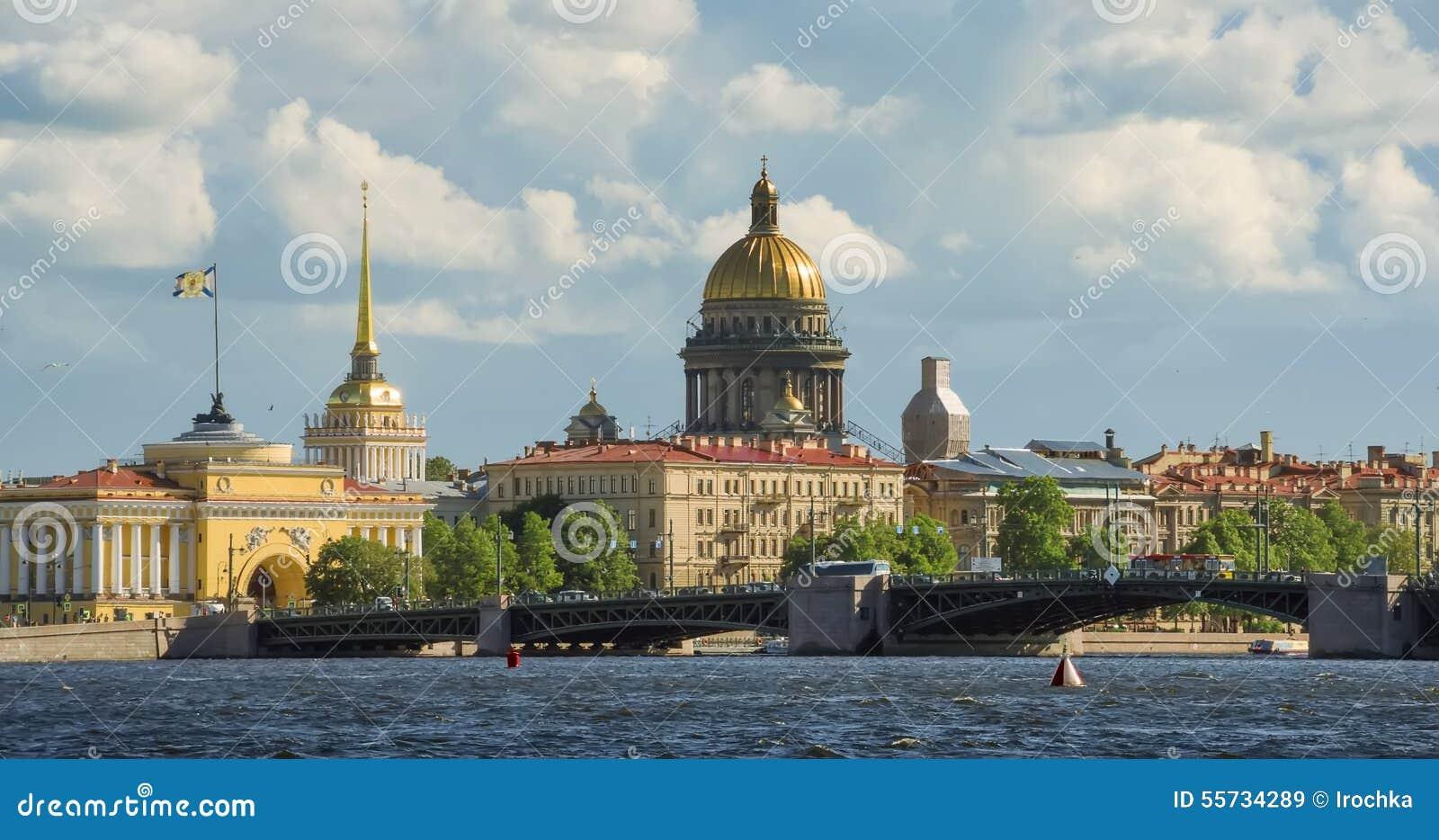 Horizon à St Petersburg Neva Beach - cathédrale de St Isaac et d autres bâtiments historiques