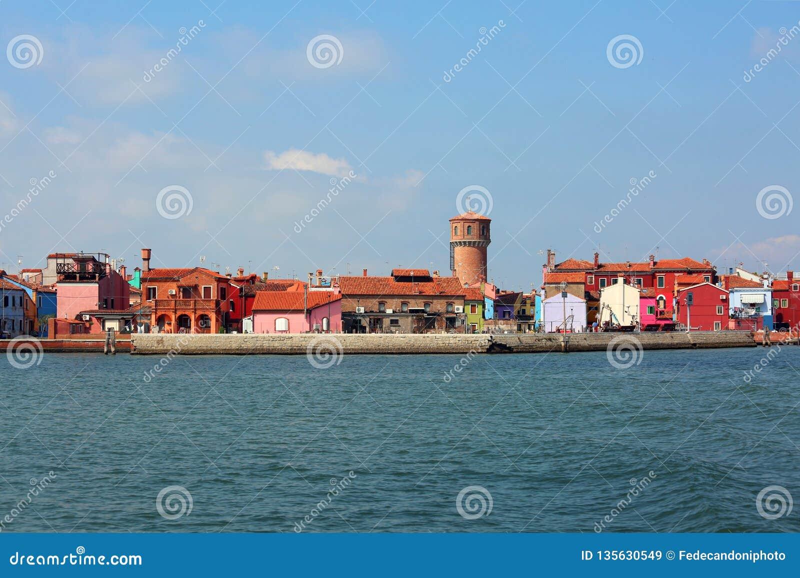 Horizon d île de Burano en l Italie et vieille tour d aqueduc