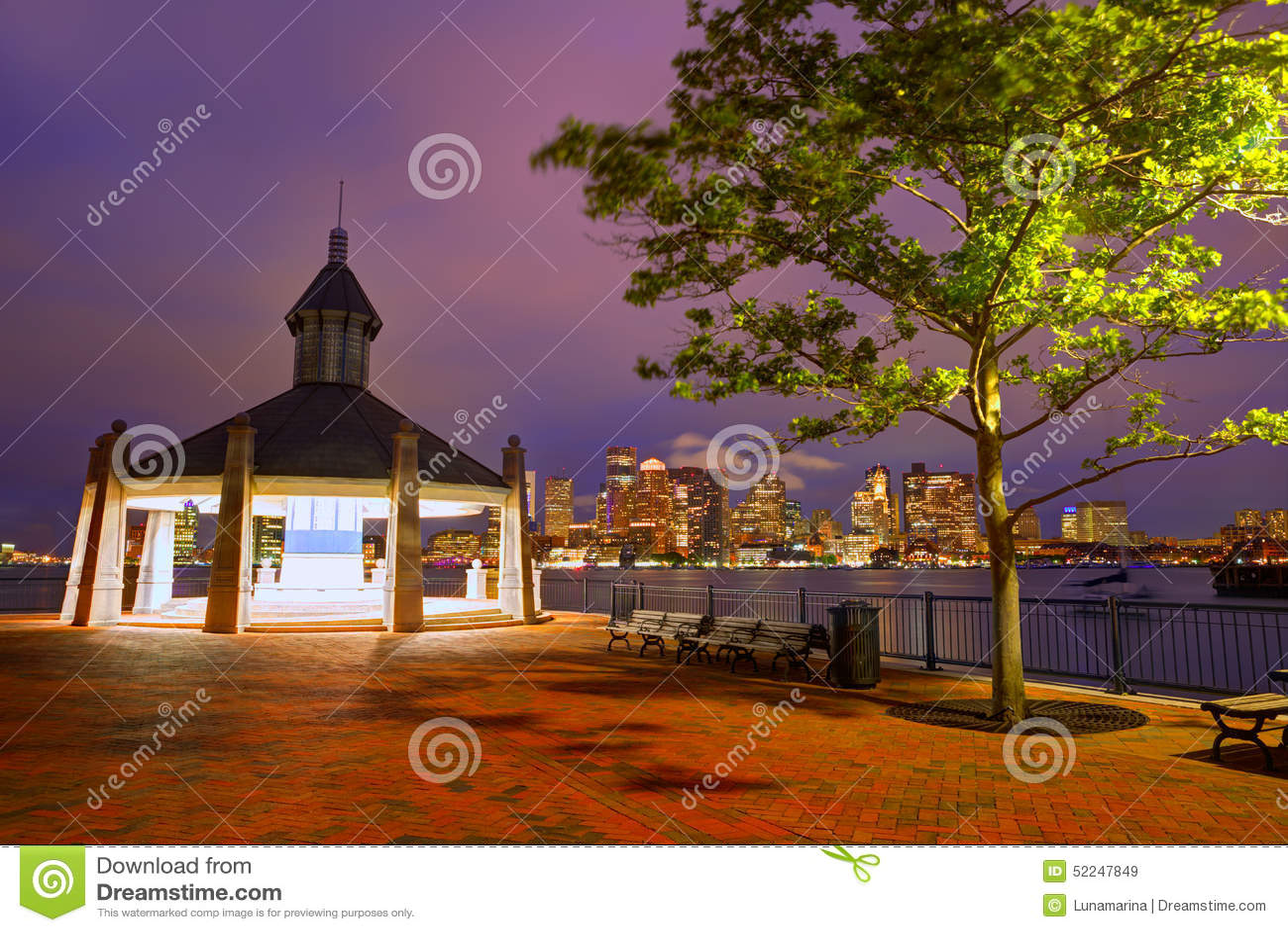 Horizon de Boston au coucher du soleil Piers Park Massachusetts