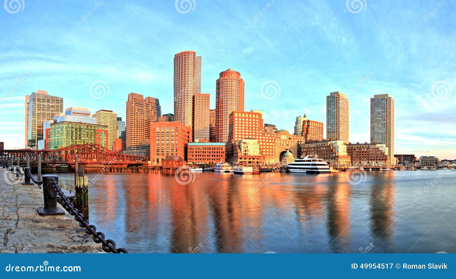 Horizon de Boston avec le secteur et le port financiers de Boston au panorama de lever de soleil