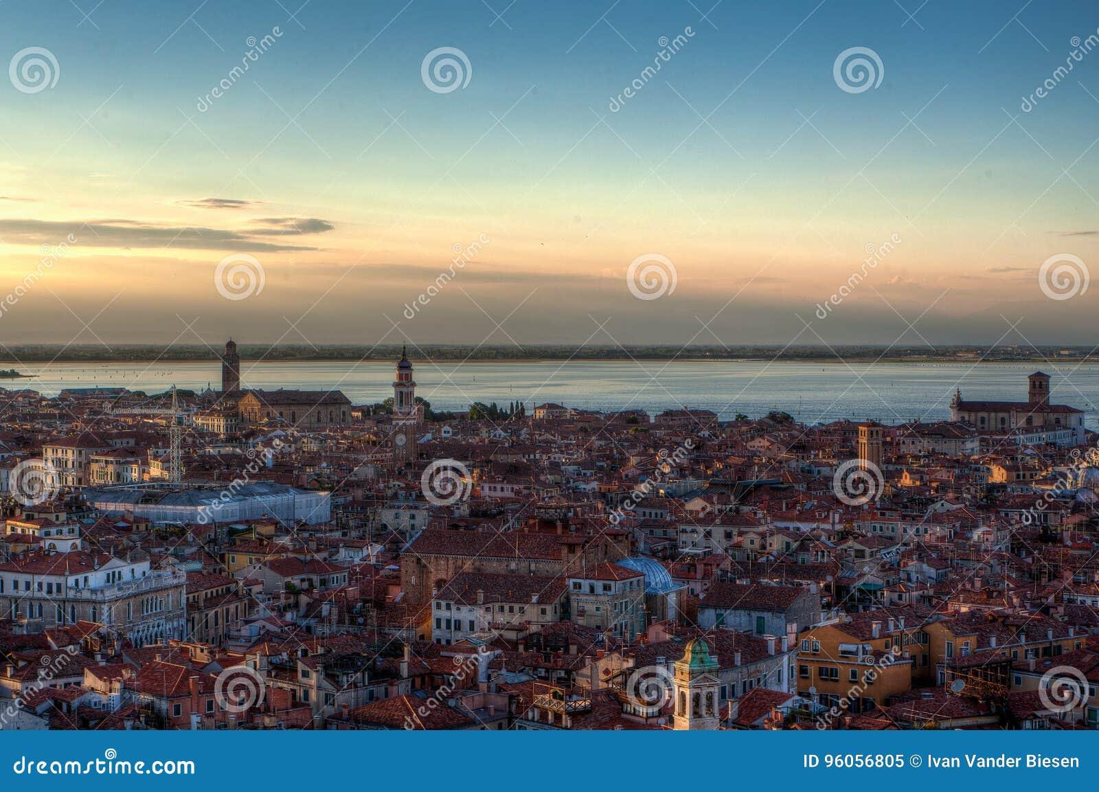 Horizon de coucher du soleil, Venise, Italie