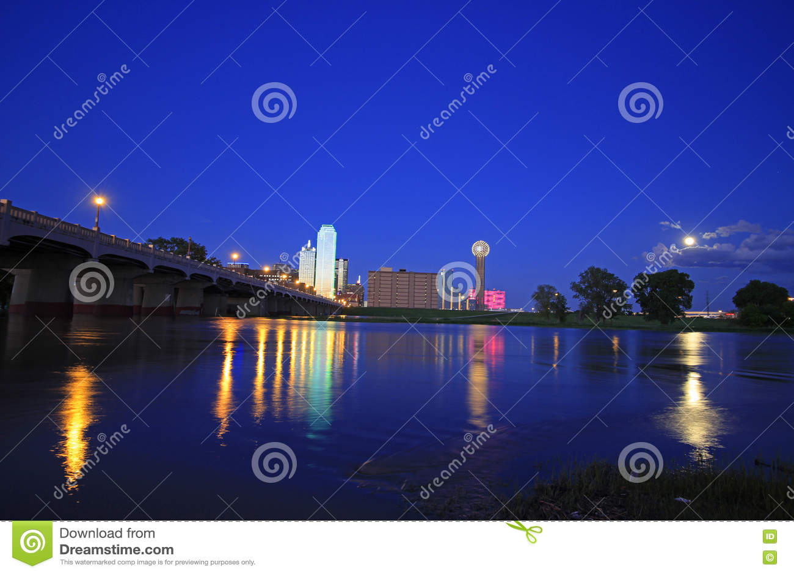Horizon de Dallas du centre la nuit avec des réflexions en rivière Trinity inondée