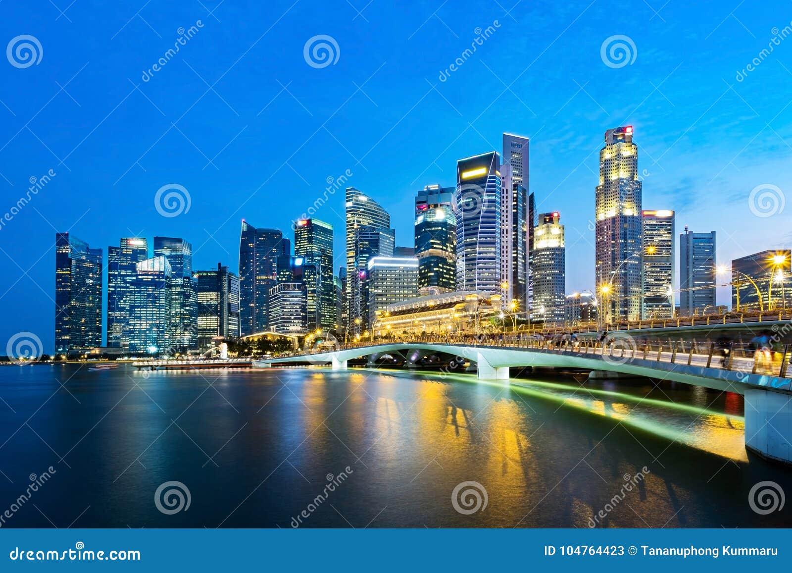 Horizon de district des affaires de Singapour en soirée