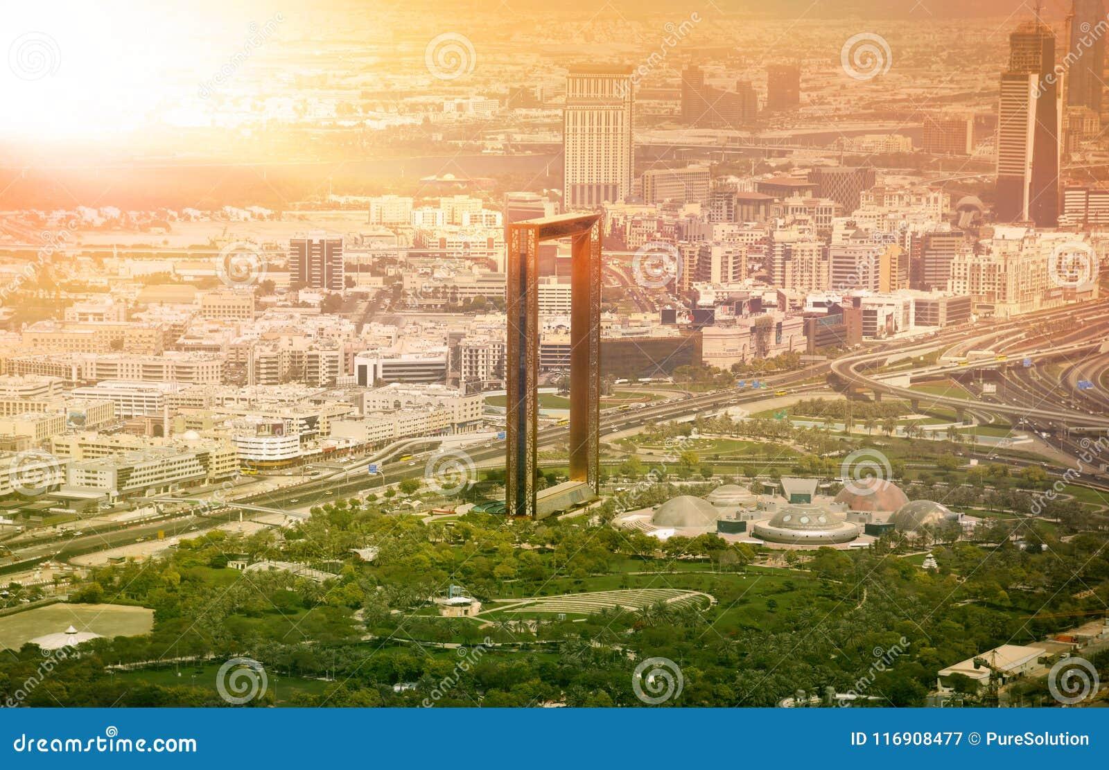 Horizon de Dubaï avec le bâtiment à pans de bois de Dubaï au coucher du soleil