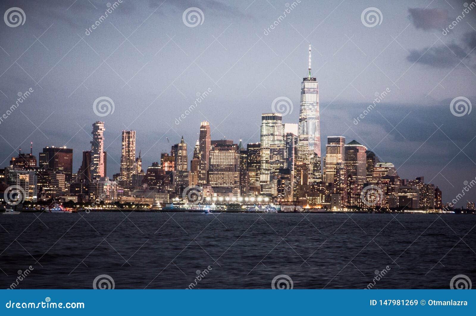 Horizon de New York City avec les gratte-ciel urbains