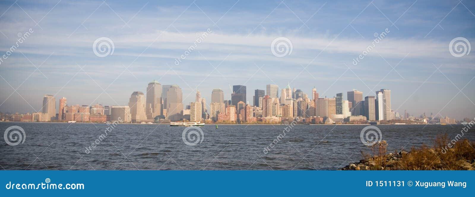 Horizon de New York City dans le coucher du soleil d automne