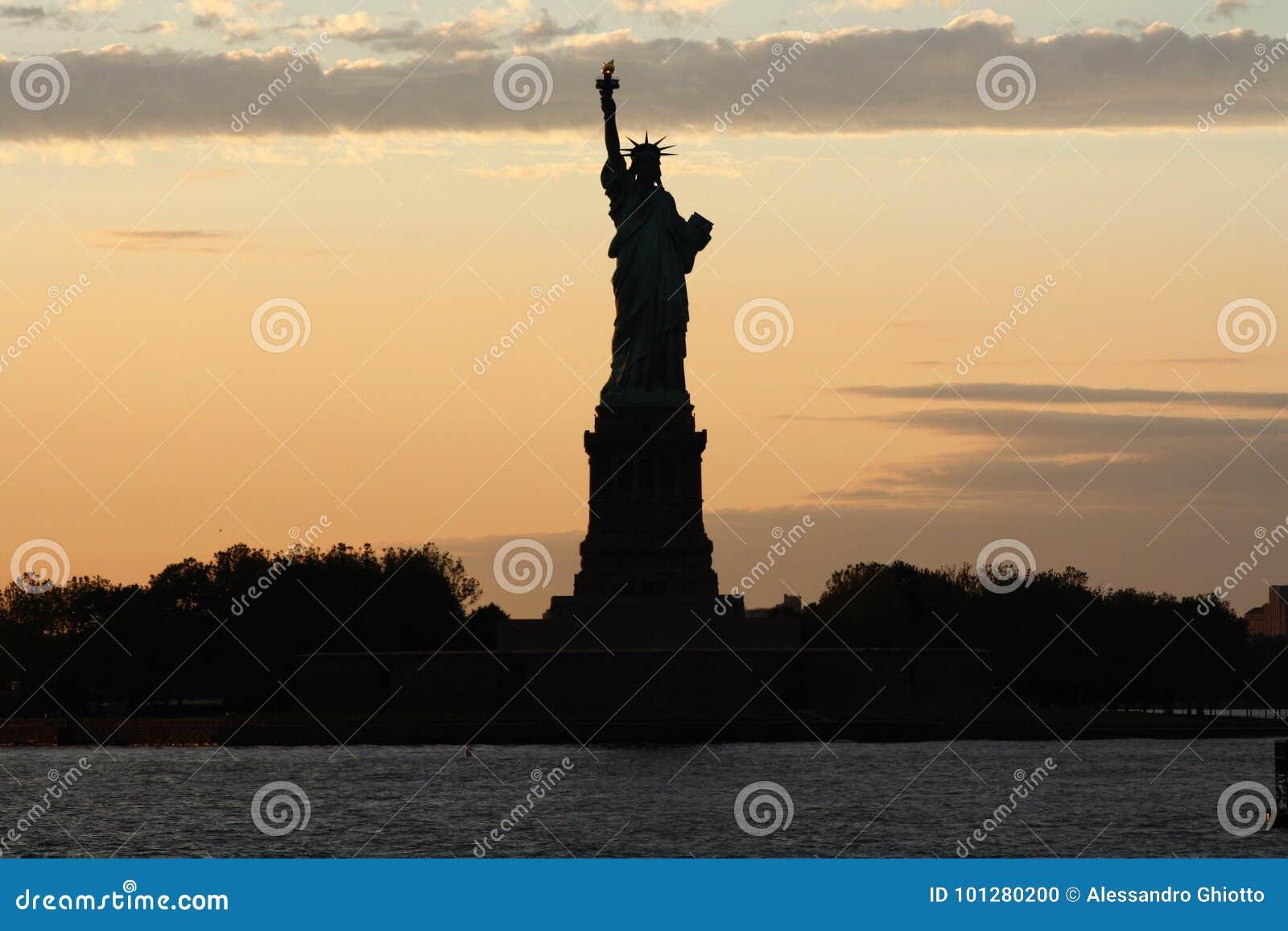 Horizon de New York et statue de la liberté