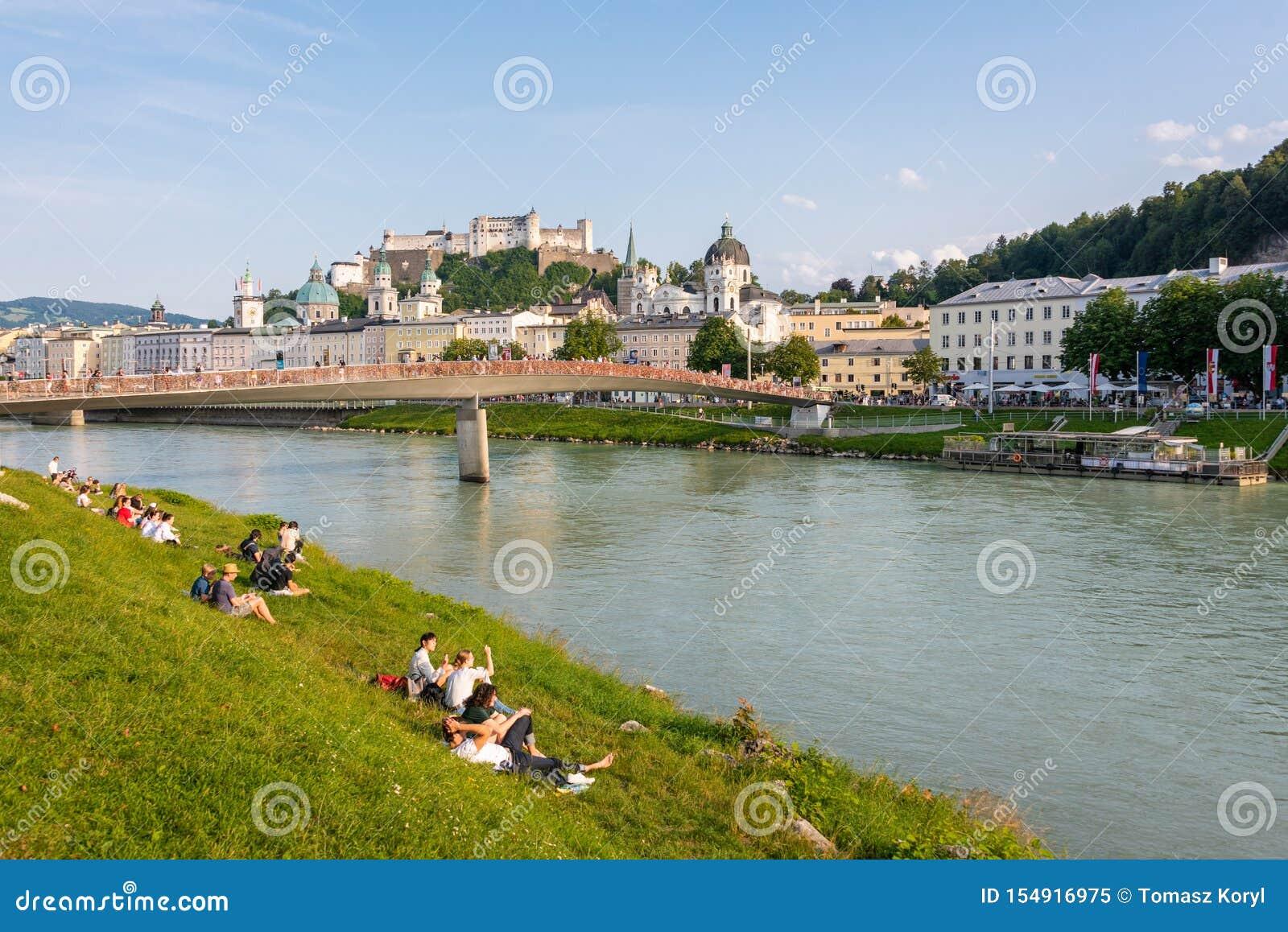 Horizon de Salzbourg avec la rivière de forteresse et de Salzach de Hohensalzburg en été, Autriche