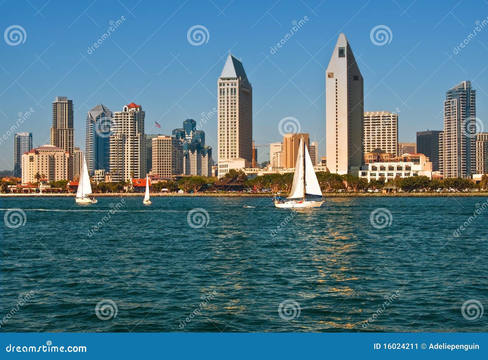 Horizon de San Diego avec des bateaux à voiles, la Californie