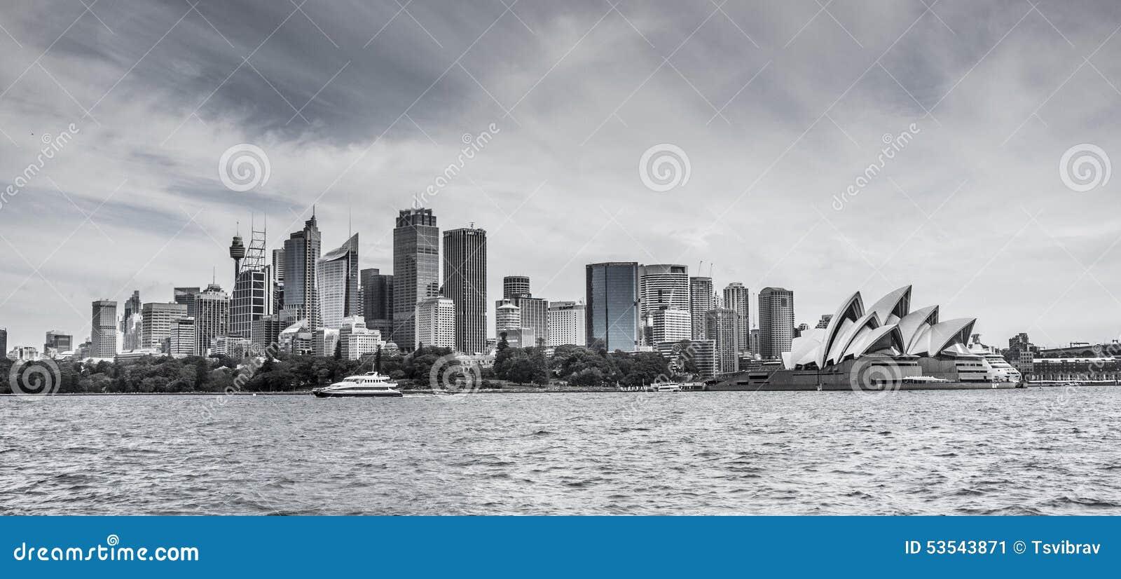 Horizon de Sydney CBD avec le théatre de l opéra en noir et blanc