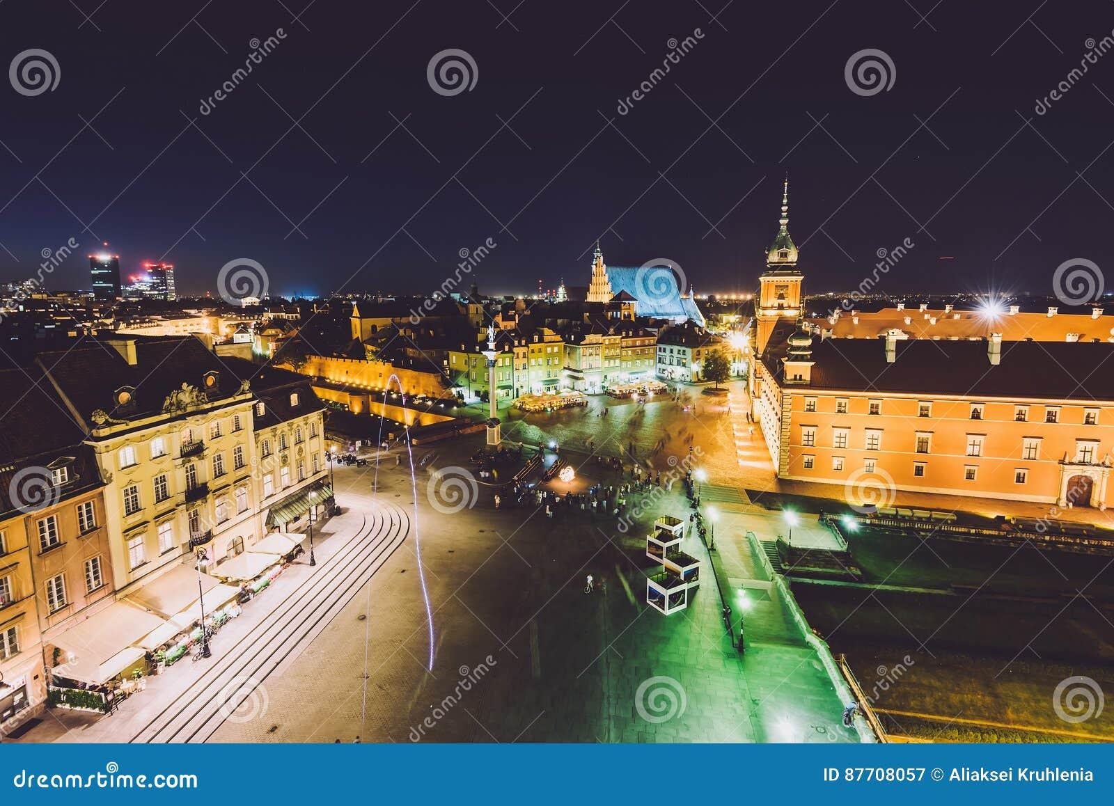 Horizon de ville de Varsovie par nuit