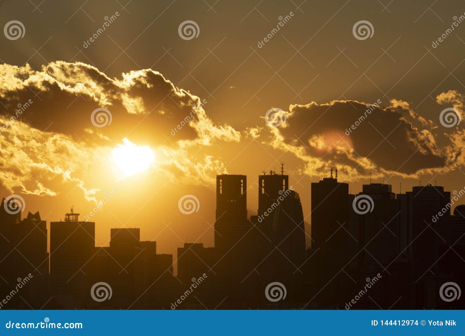 Horizon de ville de Tokyo au district des affaires pendant le coucher du soleil