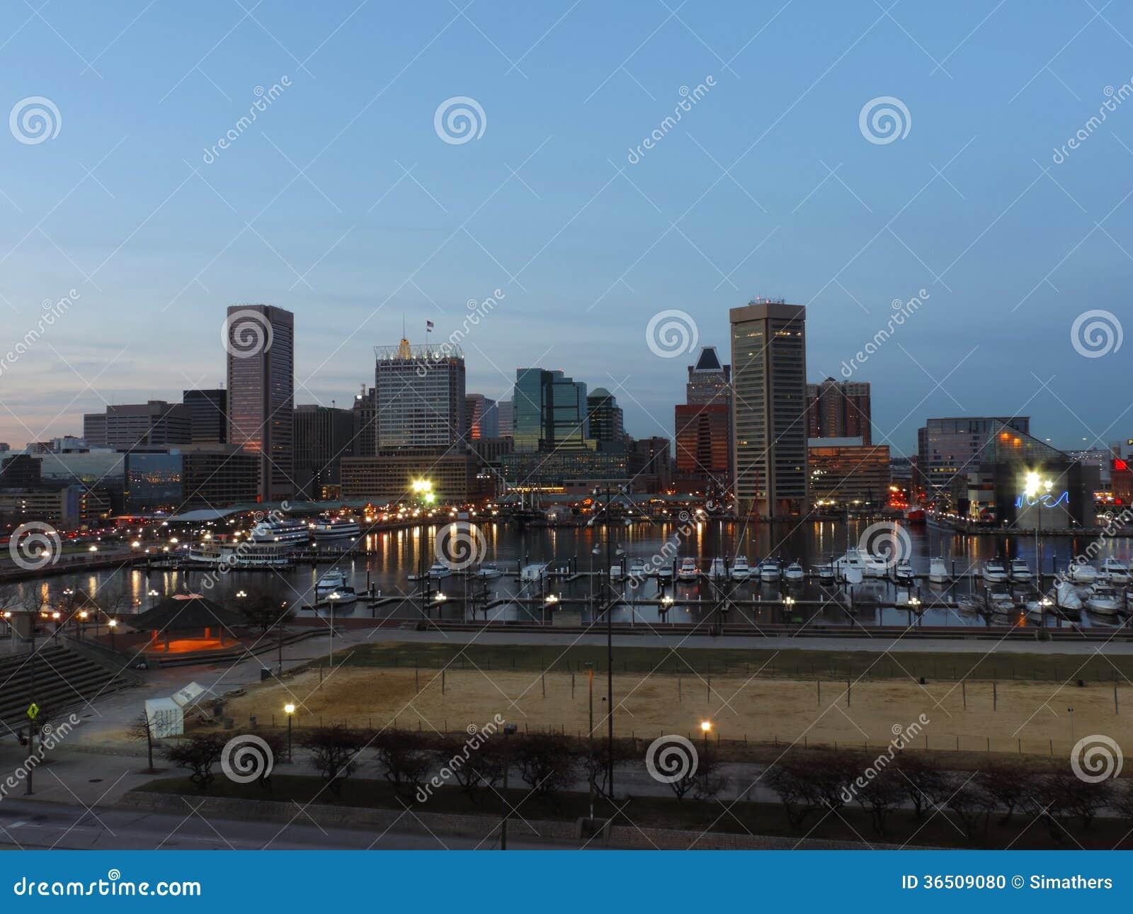 Horizon du centre de Baltimore au crépuscule