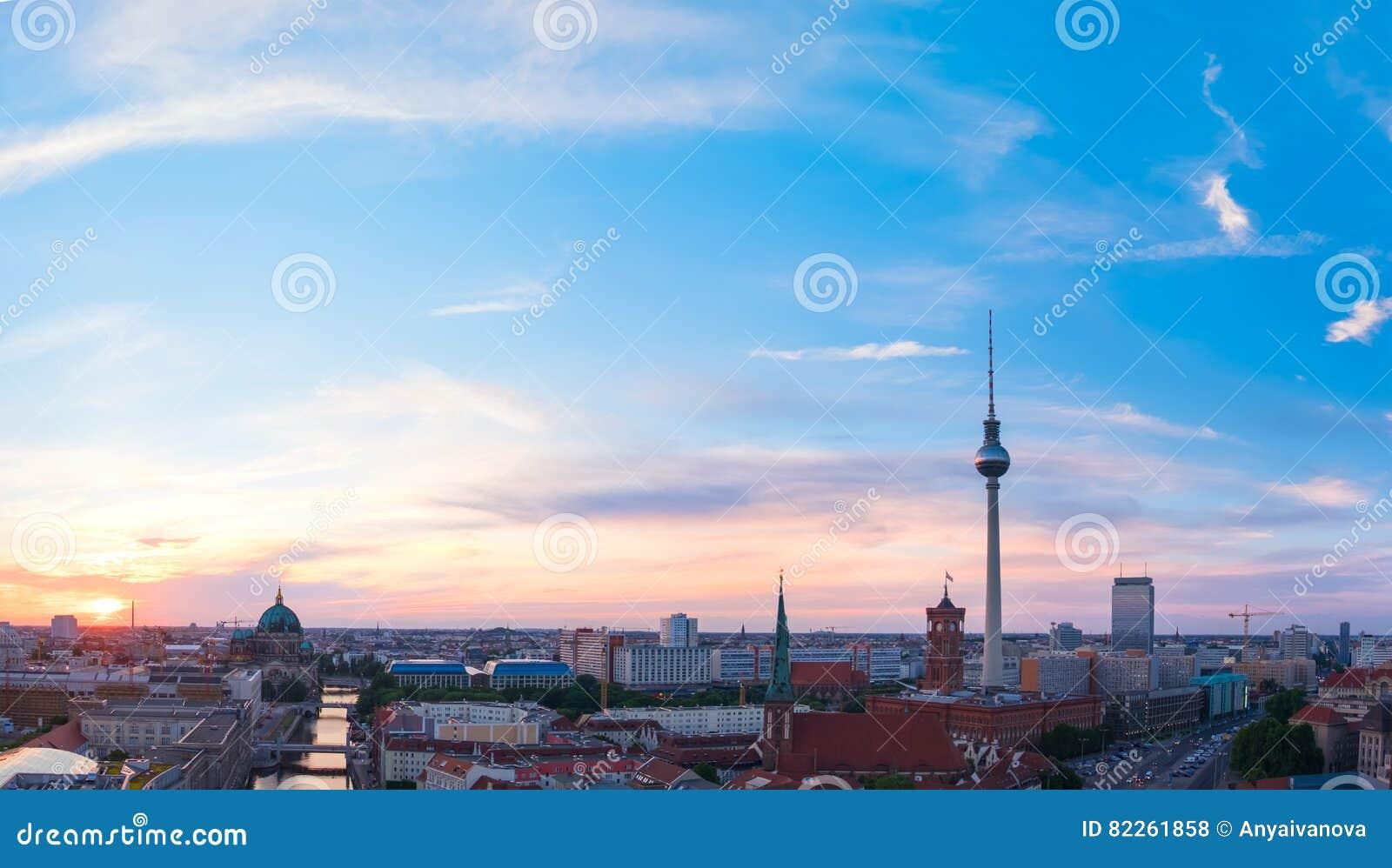 Horizon van Berlijn in Duitsland op een zonsondergang