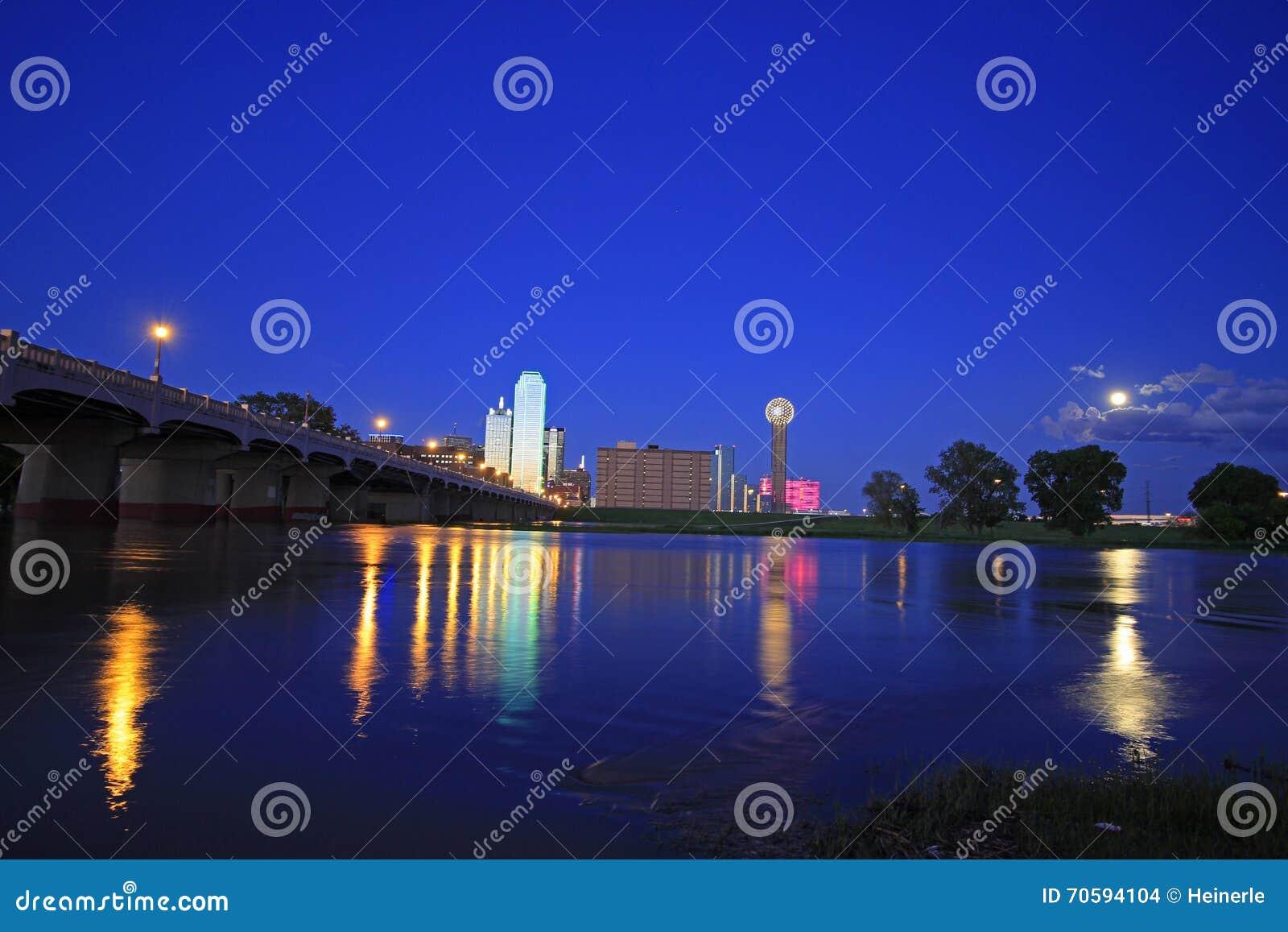 Horizon van Dallas Van de binnenstad bij nacht met bezinningen in overstroomde Drievuldigheidsrivier