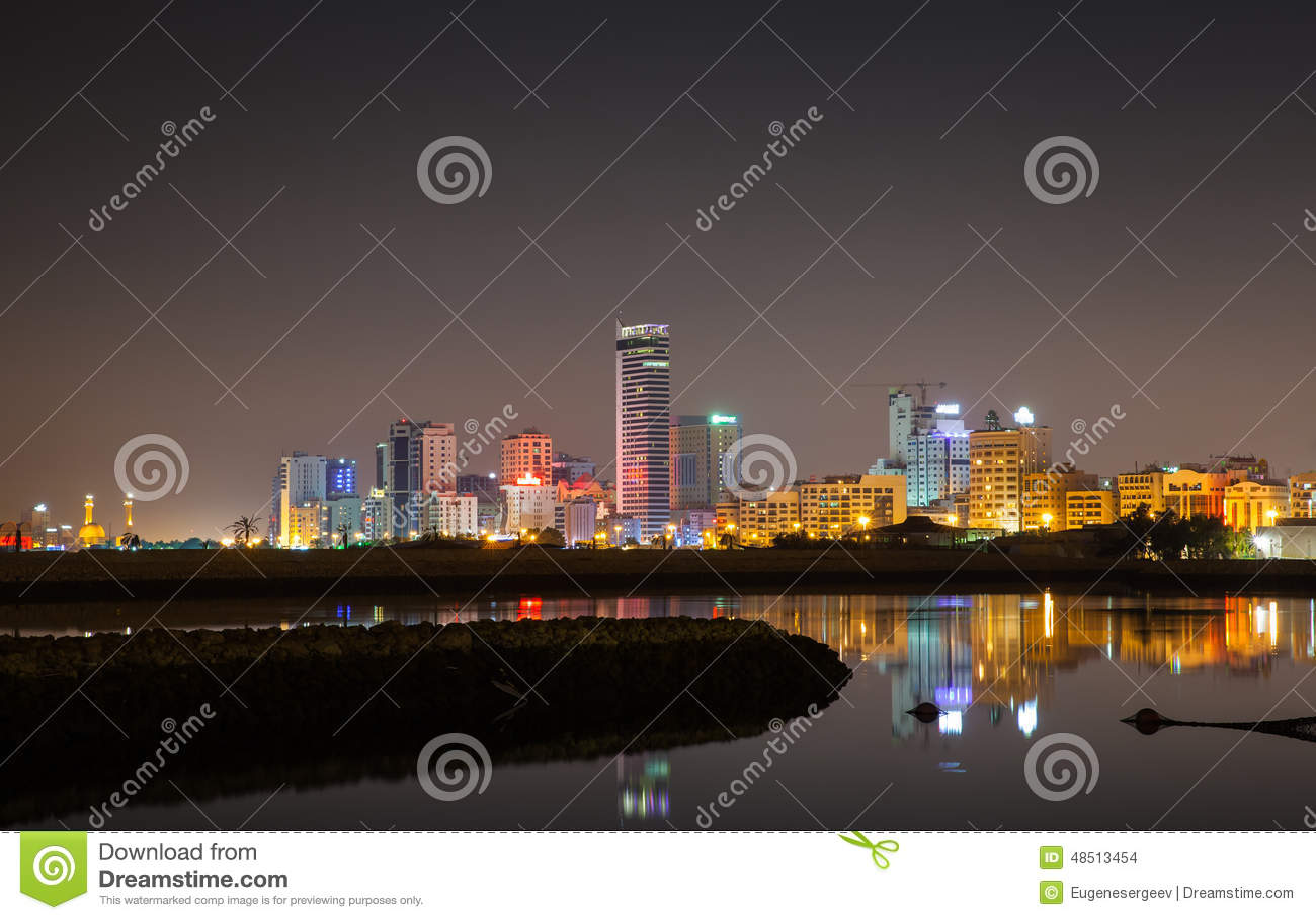 Horizon van de nacht de moderne stad, Manama, Bahrein
