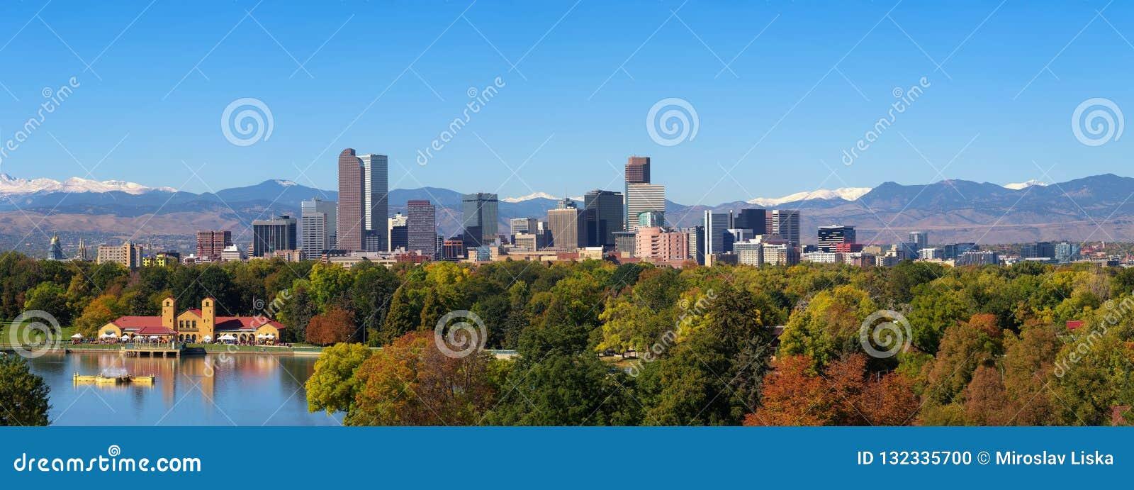 Horizon van Denver de stad in met Rocky Mountains
