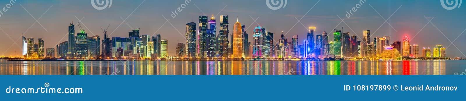 Horizon van Doha bij zonsondergang De hoofdstad van Qatar