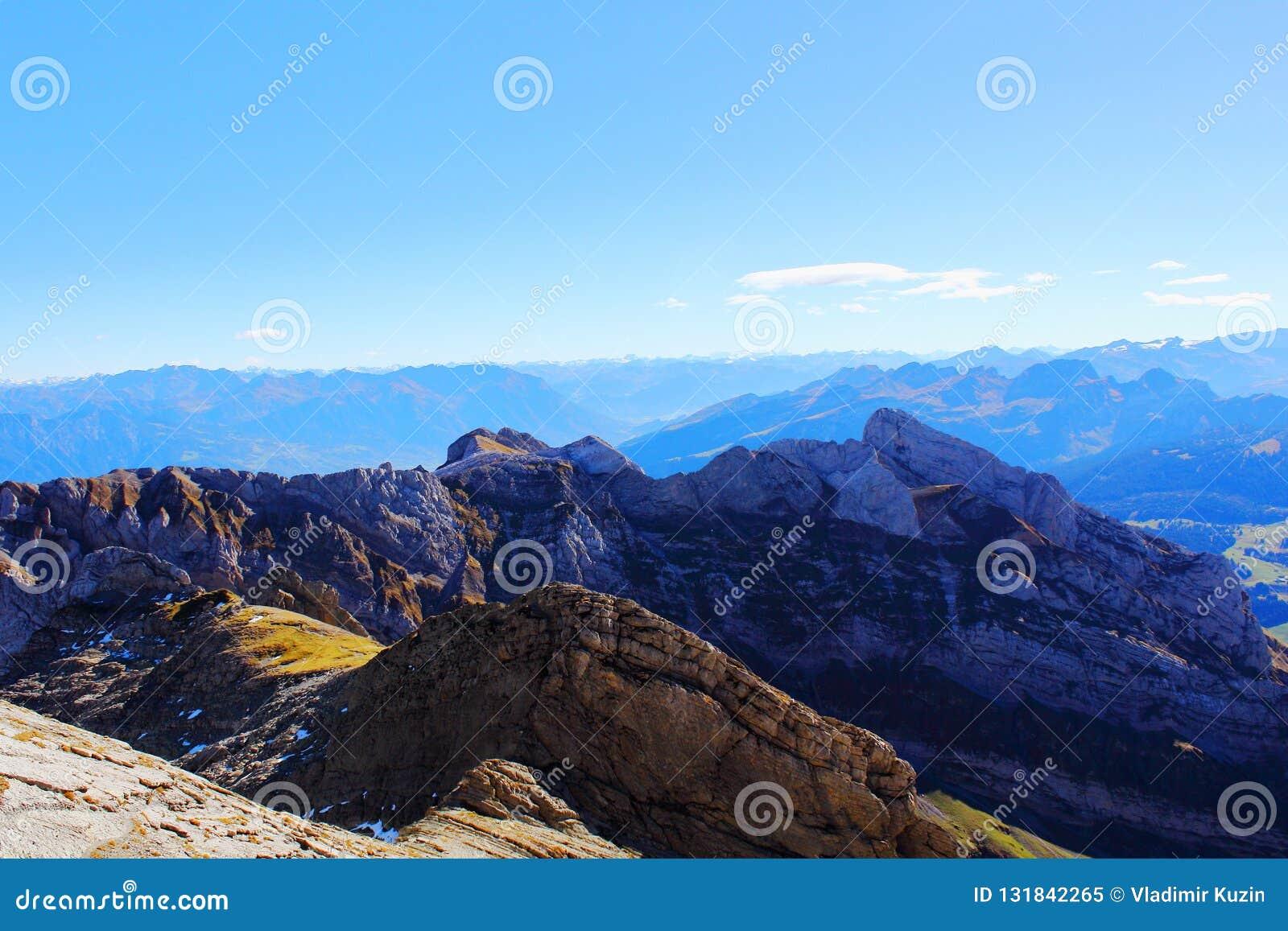 Horizontal alpestre de montagne Arête de montagne un jour ensoleillé clair d automne