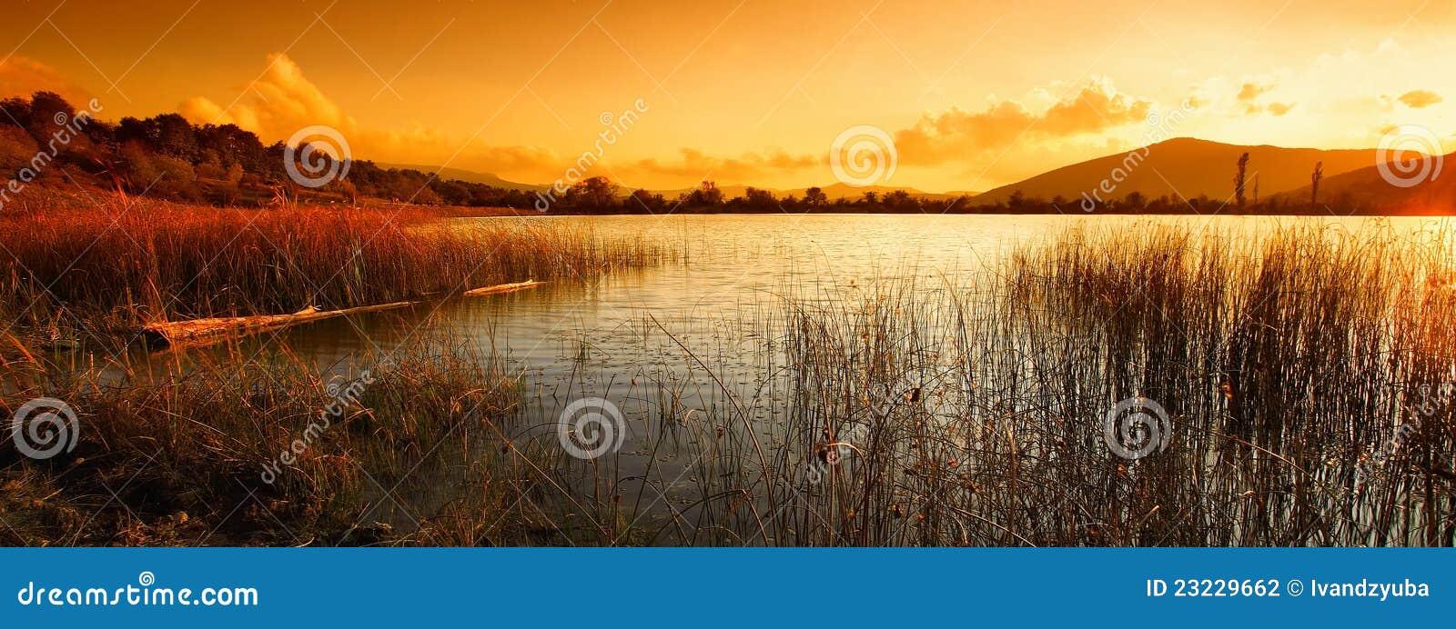 Horizontal avec le lac et les montagnes