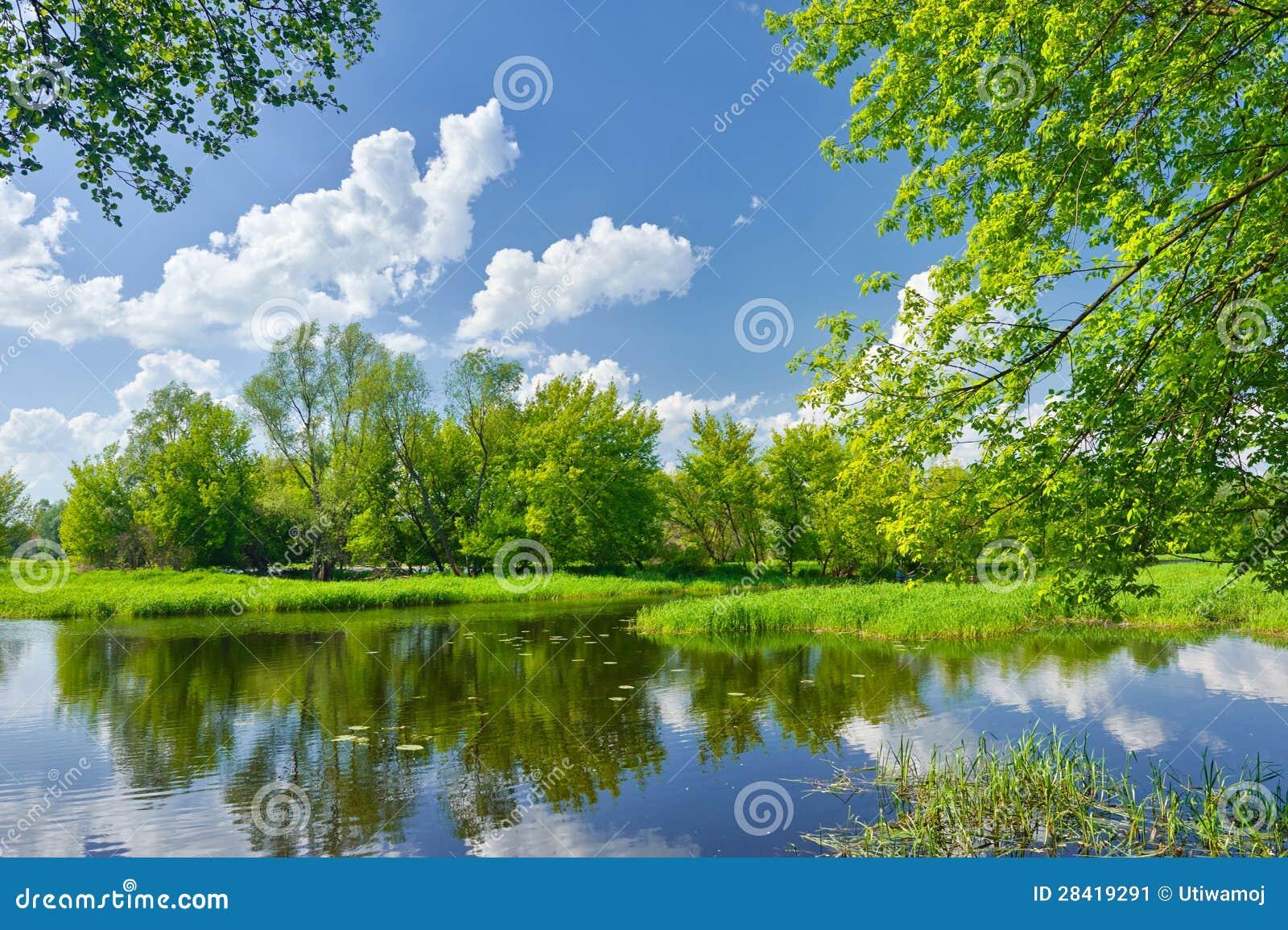 Horizontal de source avec la rivière et les nuages sur le ciel bleu