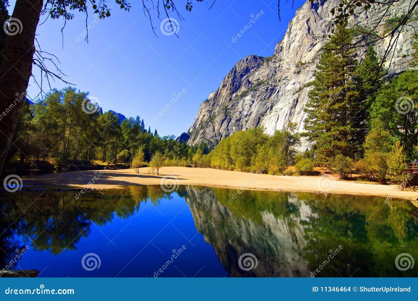 Horizontal ext rieur de nature avec l 39 eau et des montagnes for Exterieur nature