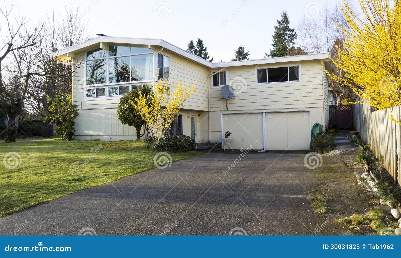 Het oudere enige huis van de familie met grote oprijlaan in het vroege overzees van de lente - Foto van eigentijds huis ...