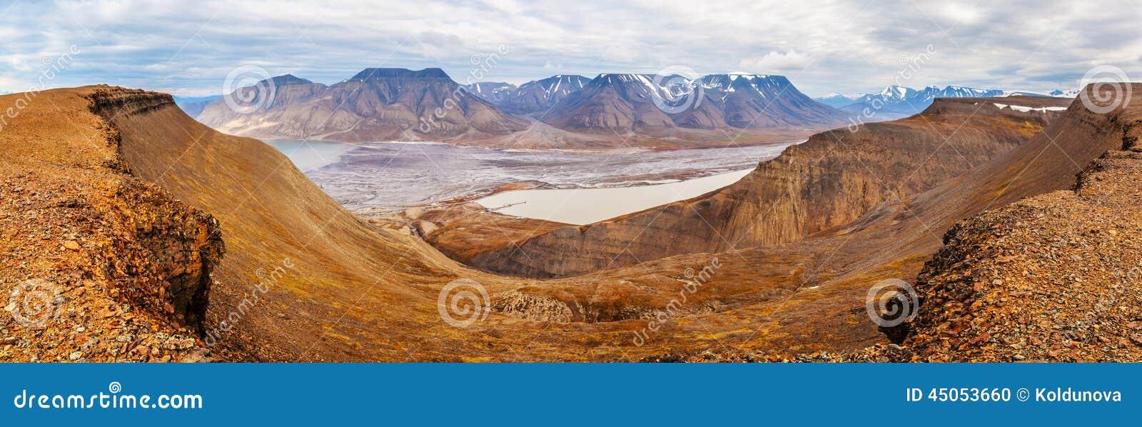 Horizontale panoramamening dichtbij Longyearbyen, Spitsbergen (Svalbard eiland), het overzees van Noorwegen, Groenland