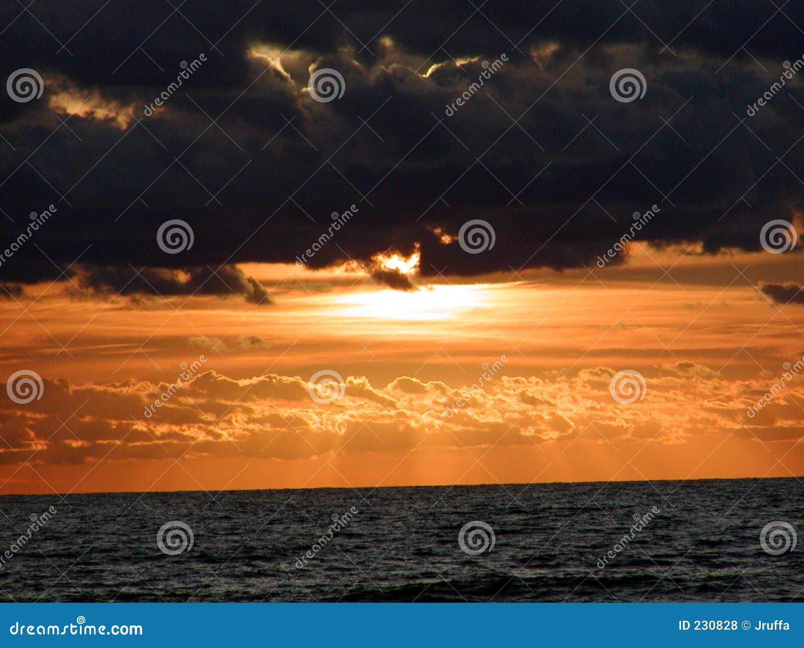 Horizonte 0 do nascer do sol do oceano