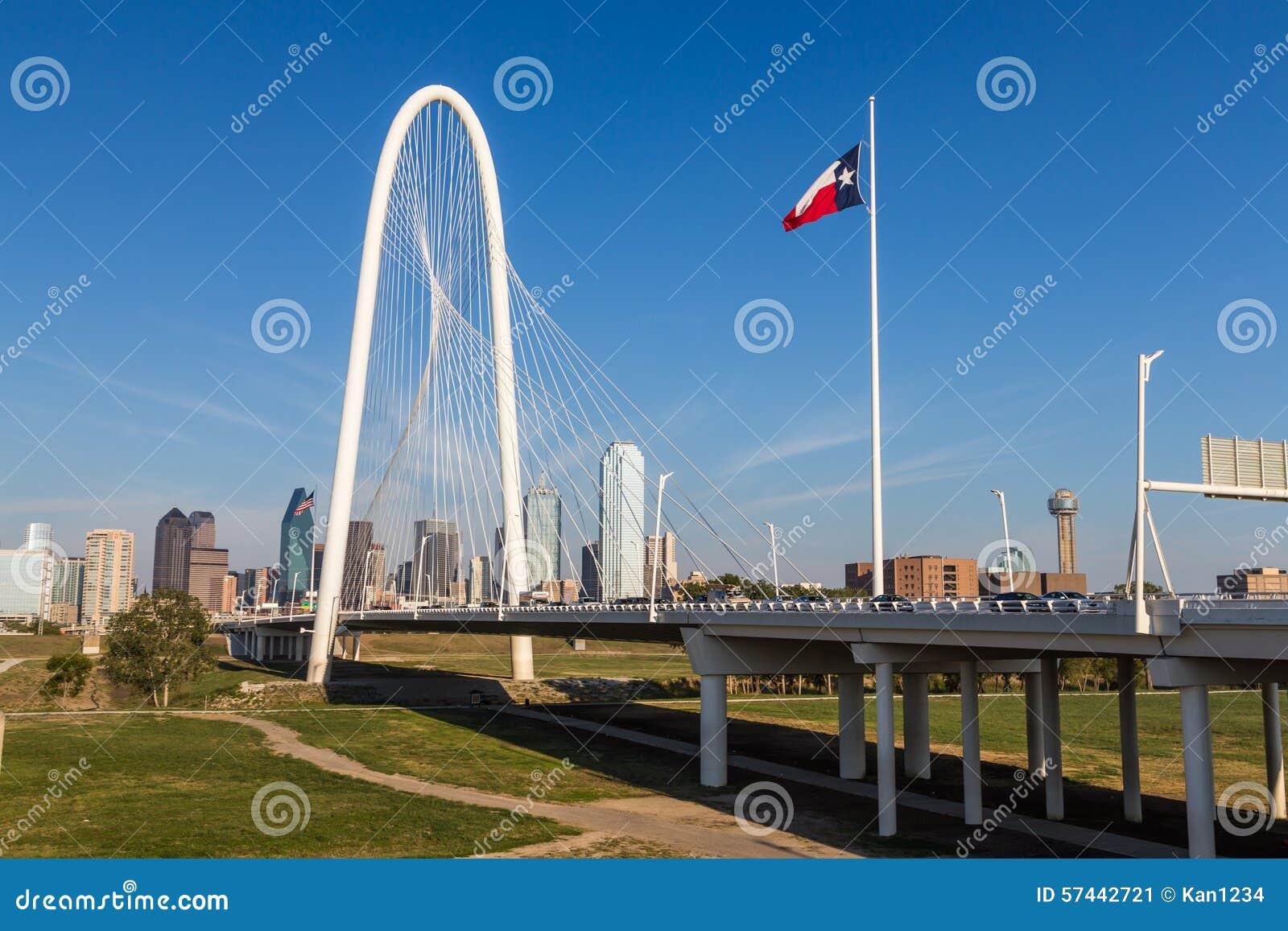 Horizonte céntrico de Dallas y puente de las colinas de la choza de Margaret de Conti