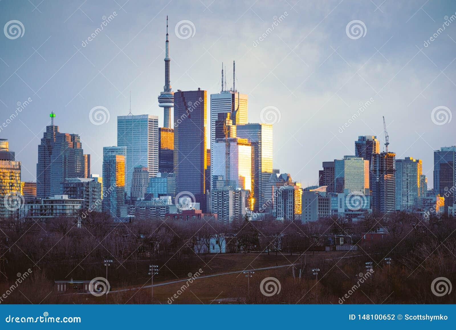 Horizonte céntrico de Toronto que considera del oeste la puesta del sol
