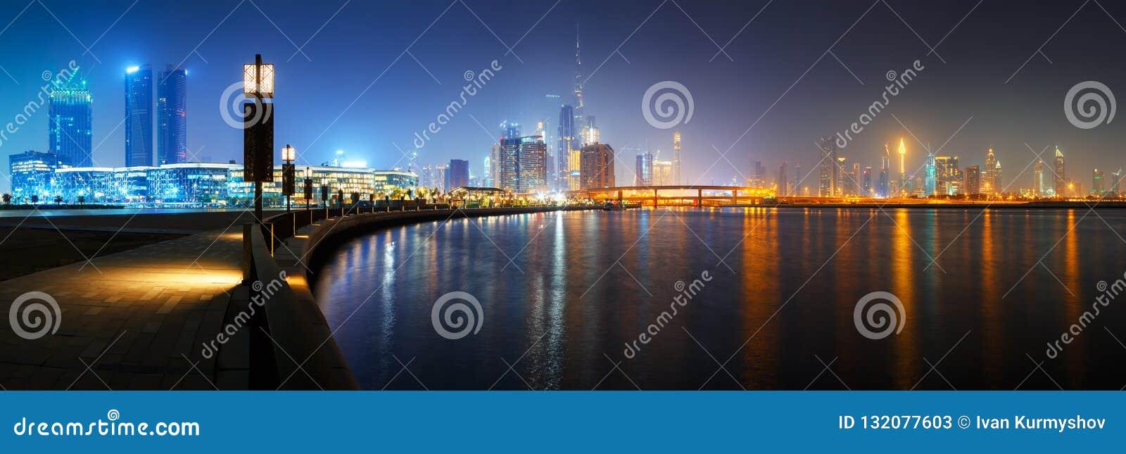 Horizonte céntrico del centro de ciudad de Dubai