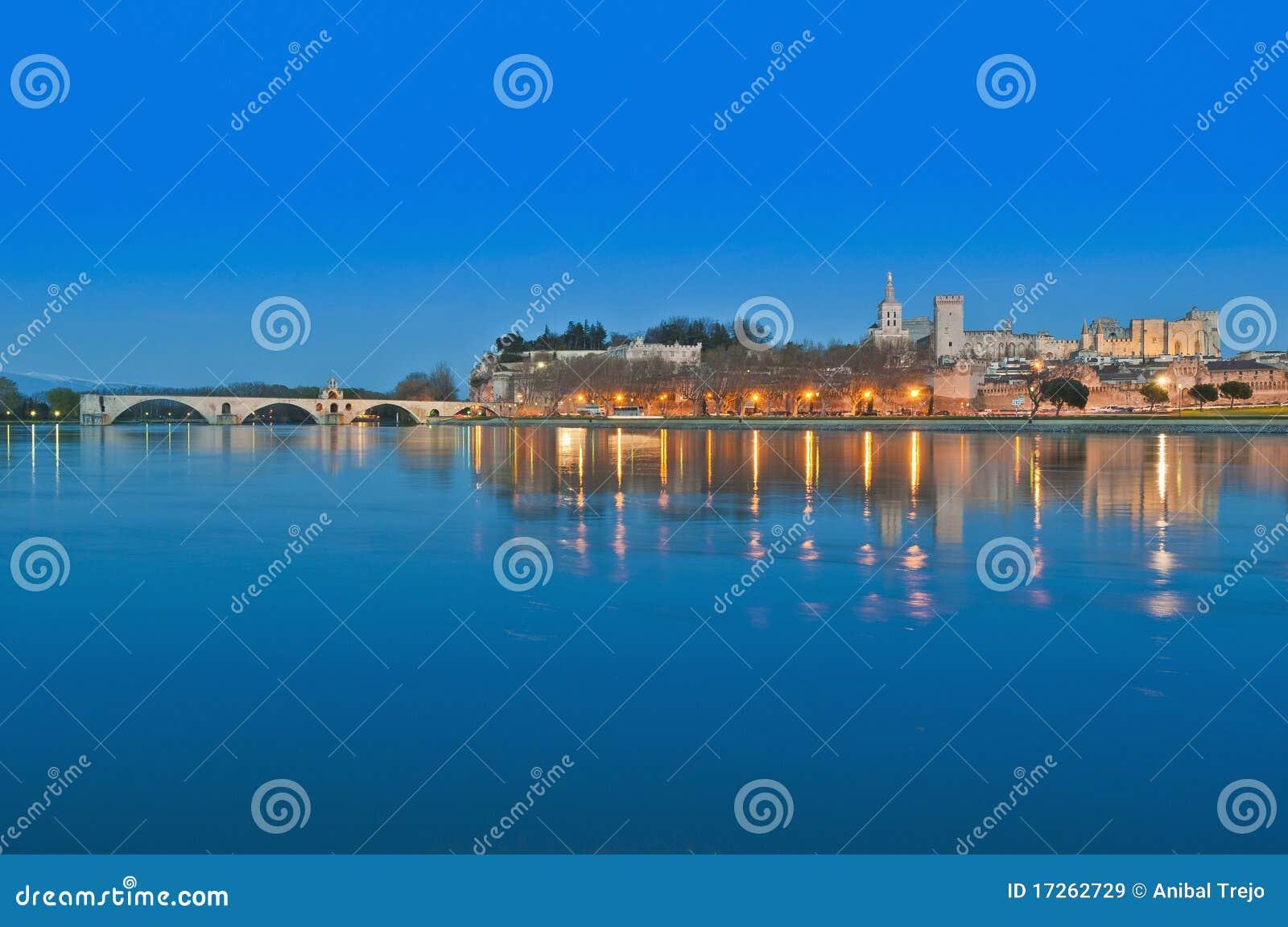 Horizonte de Avignon sobre el río de Rhone, Francia